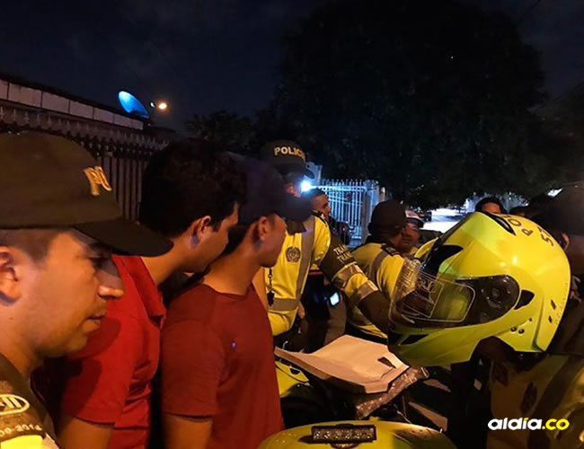 Rafael Carrascal, de gorra, atiende los requerimientos de Policía de Tránsito   El Heraldo