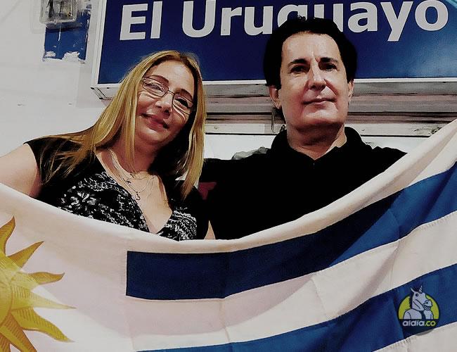 Jorge Silveira acompañado de su esposa, Indira De la Espriella, posa con la bandera de su Selección | Al Día
