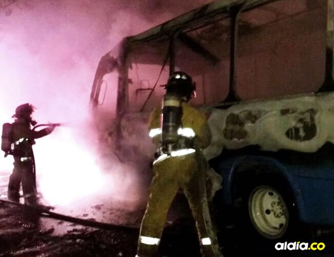 El Cuerpo de Bomberos de Santa Marta llegó hasta el sitio para apagar las llamas que consumieron al vehículo | ALDÍA