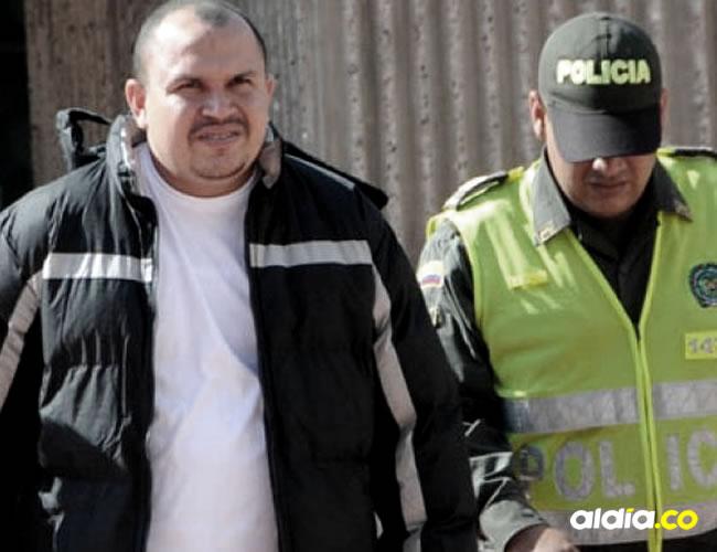 Rafael Antonio Toro Pote siendo conducido por un policía