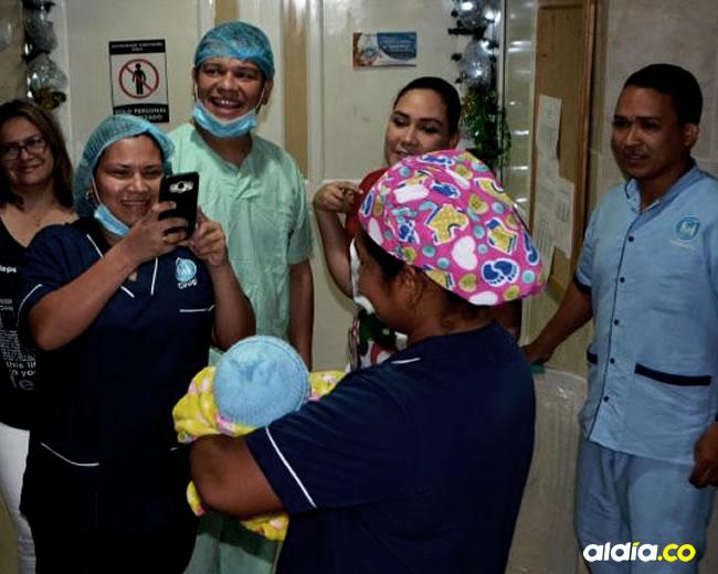 Momento en que a Isaac David, el 'superbebé' que nació el sábado anterior en la Policlínica de Ciénaga le dieron de alta.