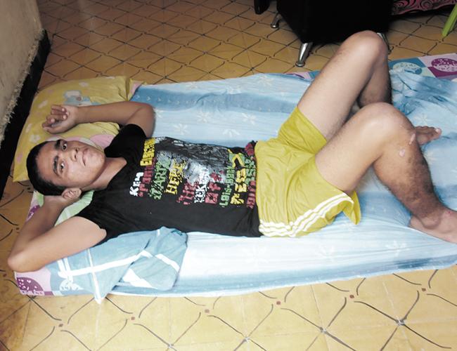 me Carlos Mario Soto Navarro acostado sobre un colchón en la sala de su casa, en la carrera 11 No. 44-37. | Foto: AL DÍA