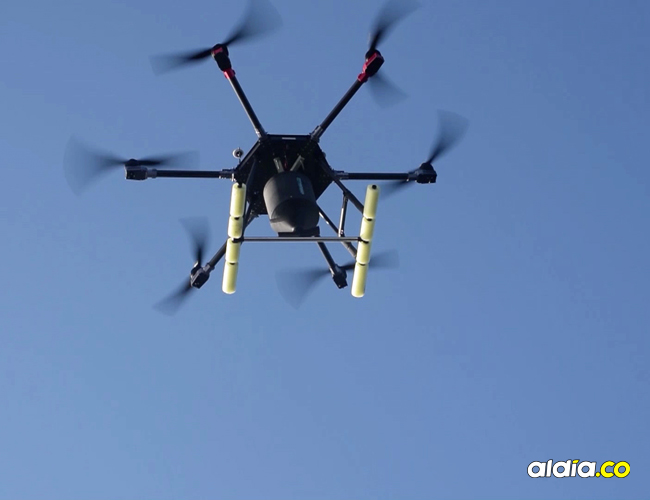 El dron transporta tolvas que dejan caer cebos con veneno en sitios determinados.