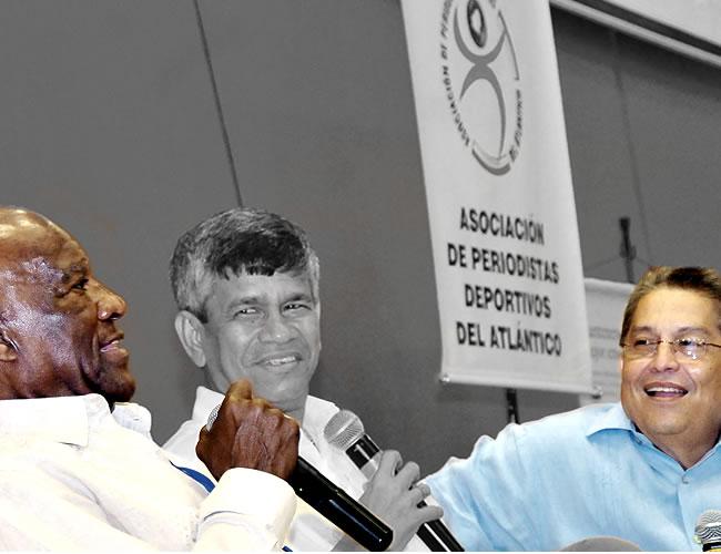 Hugo Illera (derecha) y Estewil Quesada (centro) junto a Édgar Perea en el homenaje que le  realizó la Asociación de periodistas deportivos del Atlántico (Acord) en el año 2013 | Foto Archivo