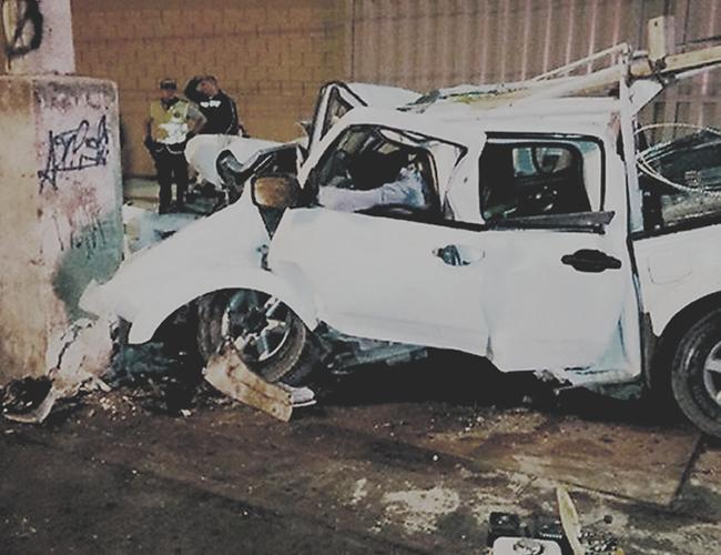 En esta foto tomada de las redes sociales se ve el cádaver de Ulises Morales Maldonado, de 49 años , aprisionado dentro del vehículo. Dejó cuatro hijos, de 23, 22, 17 y 14 años.