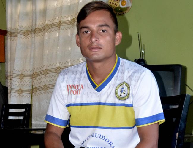 Luis, con la camisa del Municipal, club con el que ascendió este semestre en El Salvador | Foto: Luís Felipe De la Hoz