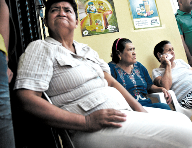 Familiares del occiso en las afueras de su vivienda. | Archivo