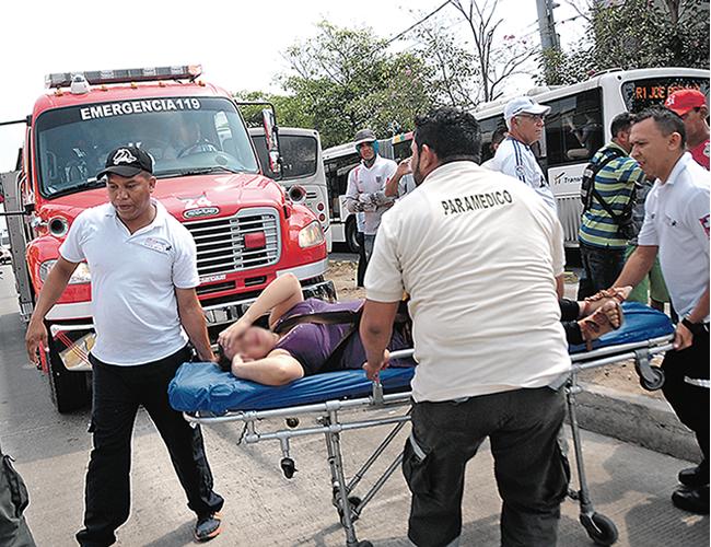 Traslado de una de las mujeres que resultó lesionada en la emergencia registrada ayer en la calle Murillo con carrera 32. Fue atendida y dada de alta. | Foto: Archivo