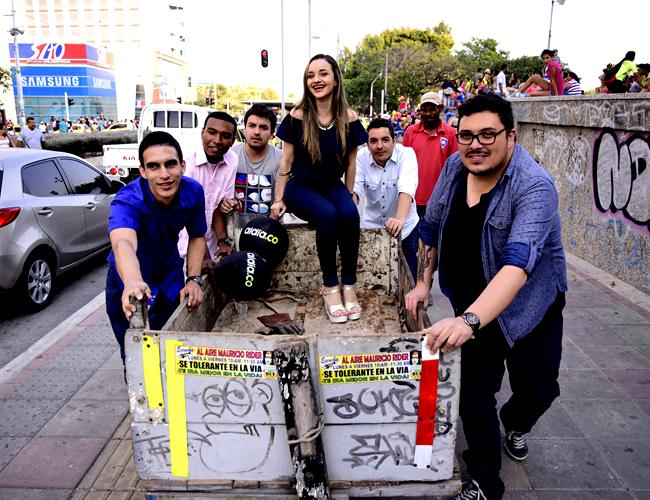 Óliver Hoselvis (diseñador), David Martínez (desarrollador), Andrés Guevara (editor), Diana Granados (periodista), Diego Sánchez (jefe de diseño)  y Édgar Pedraza (periodista). | Foto: Charlie Cordero