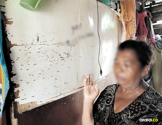 La abuela de la víctima, muestra las marcas que dejaron los perdigones en pared. | AL DÍA