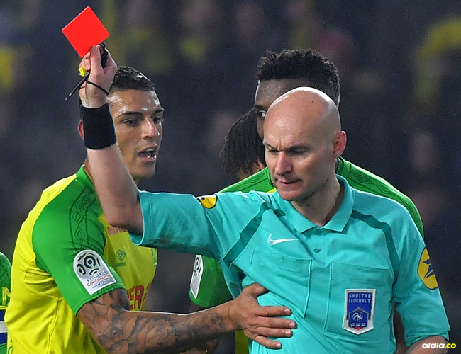 Momento en el que Tony Chapron expulsa al jugador del Nantes | AFP
