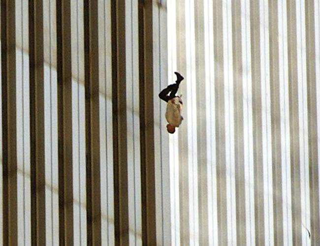 La fotografía fue capturada por Richard Drew. Más adelante se convertiría en un símbolo para las víctimas del 11 de septiembre.   Time