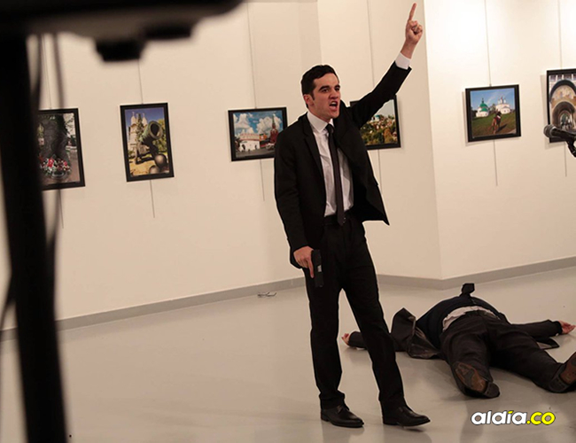 mientras su actitud ha sido muy comentada en redes sociales, el fotógrafo alega que solo estaba haciendo su trabajo. | Burhan Ozbilici, AP