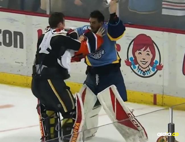 Jugadores en medio de la trifulca sobre hielo.
