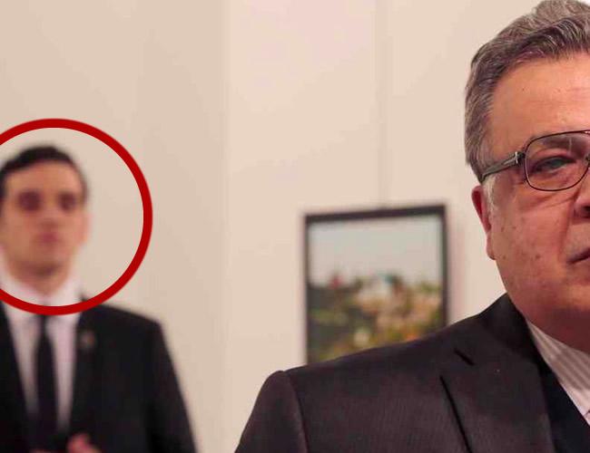 El video muestra las angustiantes imágenes del terrorista antes de abrir fuego contra el embajador ruso en Turquía