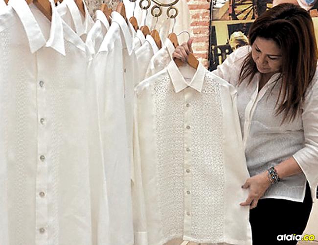 De mangas cortas y largas, bordadas con seda italiana o crochet, de corte clásico o moderno, todas están disponibles en vitrinas de lujosas tiendas en el Centro Histórico de Cartagena. | AL DÍA