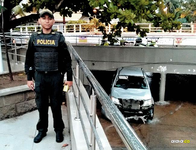 El patrullero Leonardo Centeno en el puente de la 53, donde salvó a dos hombres de ser arrastrados por el arroyo de la calle 76. La camioneta quedó averiada. | AL DÍA