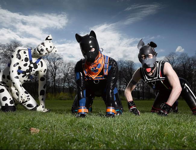 Tres hombres muestran como es vivir en la piel de un perro | Foto: The Guardian