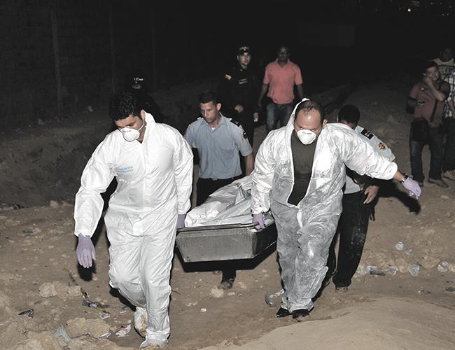 Momentos en que el cadáver del presunto ladrón era sacado del lugar. | Foto: Archivo