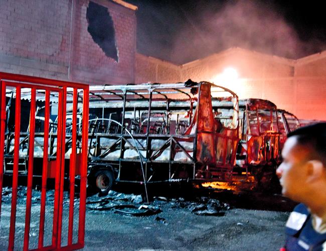 Así quedaron los buses de la empresa Coolitoral que se quemaron en el incendio, se calcula que las pérdidas totales ascienden a $2.000 millones. | Foto: Archivo