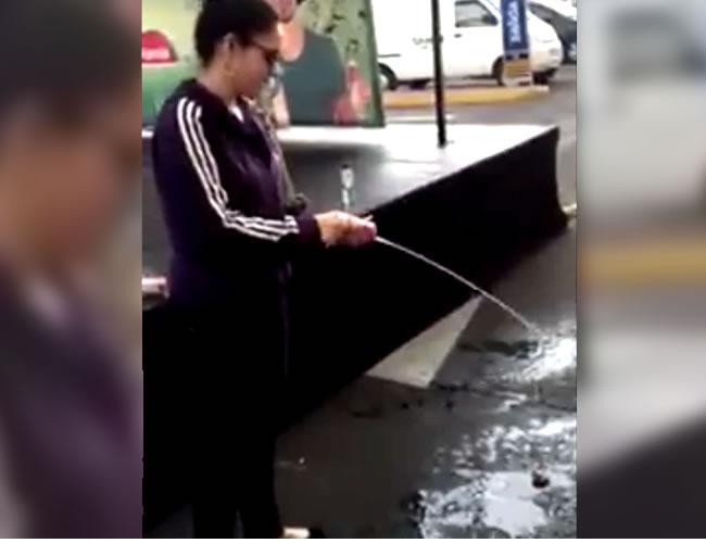 La mujer no tiene ningún temor en arrojar varias cajas de jugo al piso | Foto: Captura de pantalla
