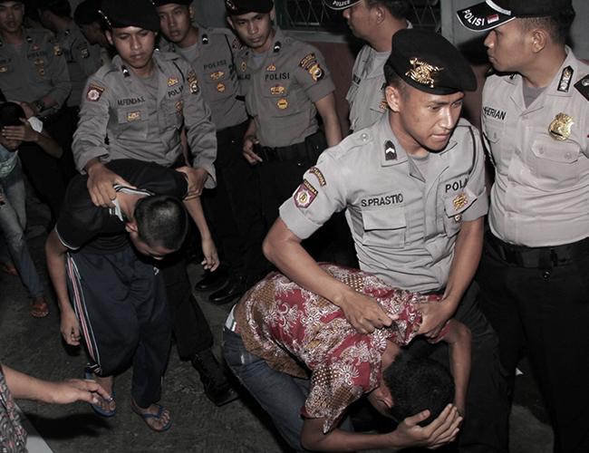 Estos son los sospechosos de violar y asesinar a una niña de 14 años en Indonesia. Este caso provocó el endurecimiento de la ley en el país. | Foto: The New York Times