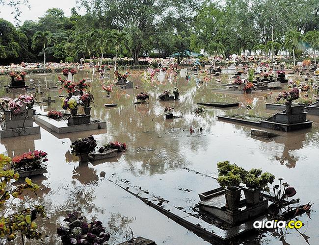 No es la primera vez que los muertos en el Cementerio Jardines de La Esperanza quedan bajo las aguas.   AL DÍA