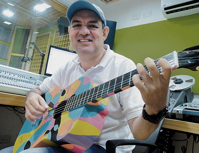 Frente a la guitarra, el teclado y la grabadora, Johnny deja fluir sus ideas musicales.   Foto: AL DÍA