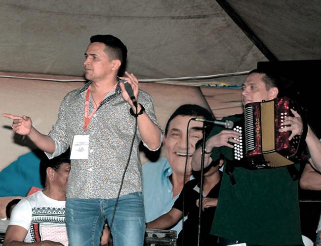 Jorge Celedón (izquierda) y Gonzalo Arturo Molina (derecha), en uno de los ensayos del tema | Foto: Archivo particular