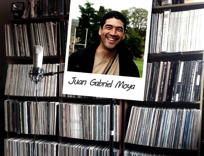 Juan Gabriel Moya ha sido docente, productor y un entusiasta de la música por veinticinco años. Su gran colección musical incluye formatos como CDs, LPs, acetatos y BETA. | Foto: Juan Gabriel Moya