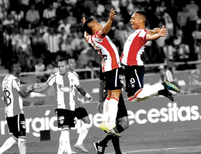 Jarlan Barrera y Vladimir Hernández celebrando el tanto de este último y que significó los tres puntos para el conjunto tiburón.   Foto: Jhonny Olivares