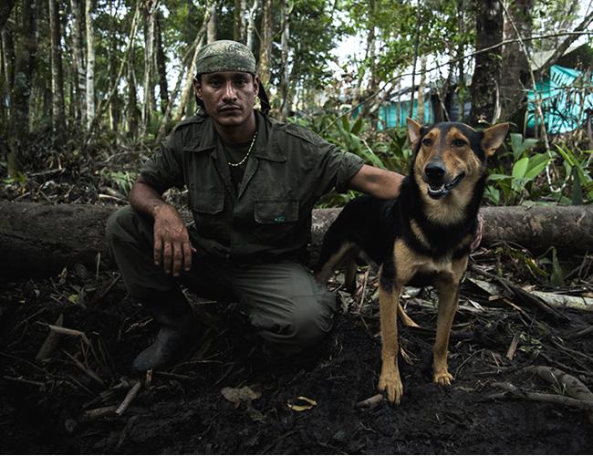 Guerrilleros cuentan su pasión por el Junior de Barranquilla, equipo al que siguen desde la selva y al que sueñan algún día ver en el Metropolitano. | Charlie Cordero