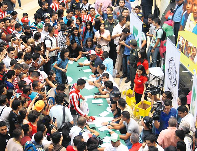 Muchos seguidores del Atlético Junior se vincularon a la causa y se llevaron un buen recuerdo con sus jugadores favoritos. | Foto: AL DÍA