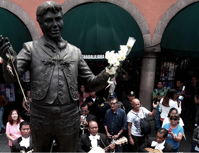 Con música, flores y lágrimas es recordado en Hollywood, donde tiene una estrella en el Paseo de la Fama. En la Plaza Garibaldi no cesan los homenajes junto a su estatua | Agencia