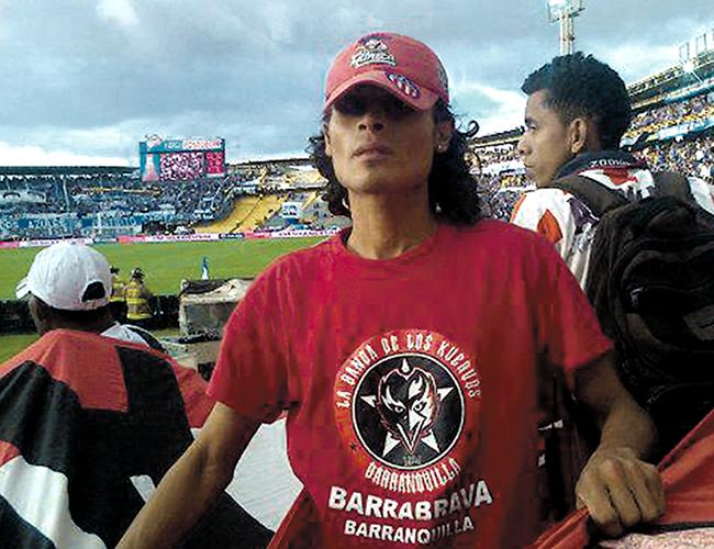 Glen Lizcano, barrista de 'los Kuervos', en el estadio El Campín, de Bogotá, en un partido del Junior contra Millonarios | Foto: Archivo