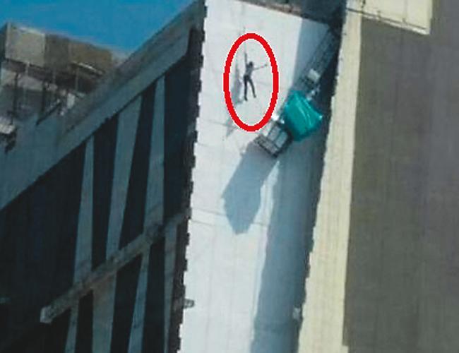 El hombre, cuya identidad no fue revelada, se salvó de milagro. Parece que no cumplía con las medidas de seguridad. | Foto: Cortesía de un transeúnte