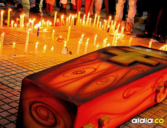 A las 6 de la tarde del jueves la comunidad del barrio El Bosque se tomó las calles del sector para rechazar las recientes muertes de adolescentes a manos de grupos de pandillas. | AL DÍA