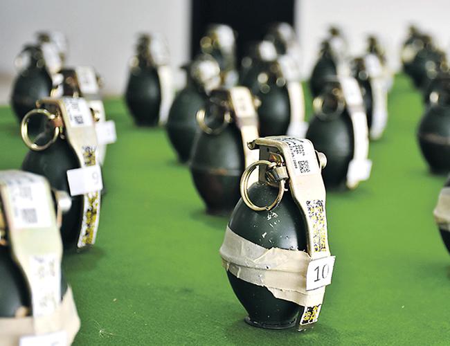 Algunas de las granadas y los cartuchos incautados en el operativo que se llevó a cabo al mediodía del sábado en una chatarrería de Barrio Abajo | Foto: Archivo