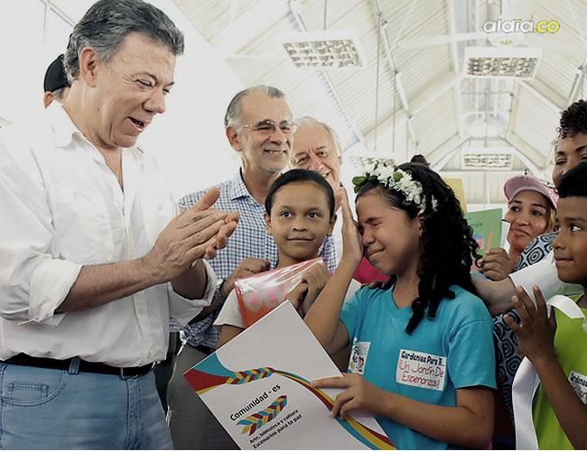 Una niña llora de alegría al encontrarse con el presidente Juan Manuel Santos, y agradeció en nombre de todos sus compañeros la construcción de la Biblioteca Pública.