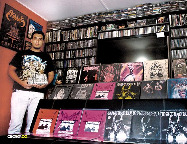 Por su pasión por el Heavy Metal, Juan Carlos lleva 22 años coleccionando esta música. | AL DÍA