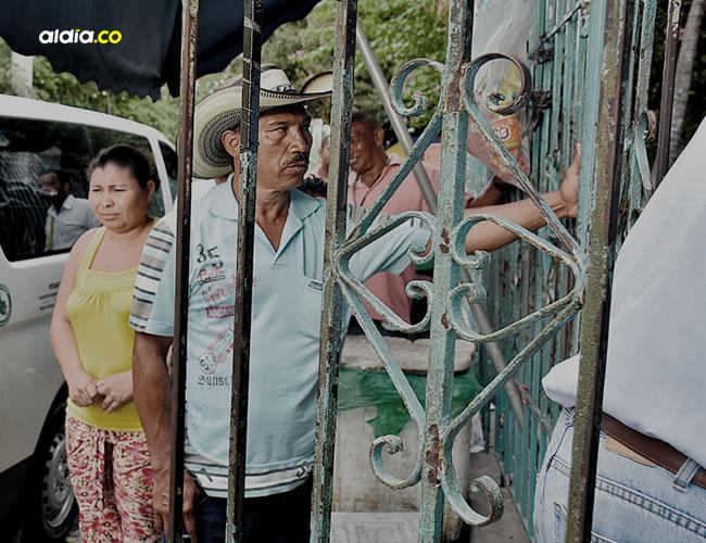Milciades Manuel Mendoza Maga, padre de la adolescente, llegó al Aeropuerto Internacional Rafael Núñez junto a su esposa y tres hijos.   AL DÍA