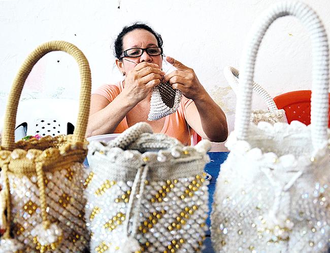 Las internas de la cárcel trabajan diariamente para confeccionar estas llamativas y elegantes mochilas   Foto: Wilfred Arias