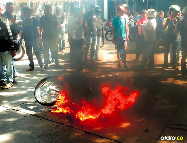 La comunidad en el barrio Primero de Mayo se percató de la persecución, salió a la calle y quemó la motocicleta. | AL DÍA