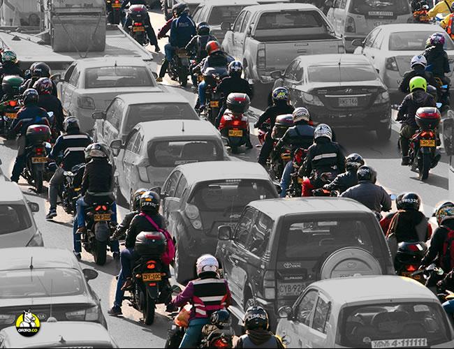 El vertiginoso auge en la compra de motos en las ciudades colombianas ha convertido a sus conductores en los actores más vulnerables de la vía. | Semana