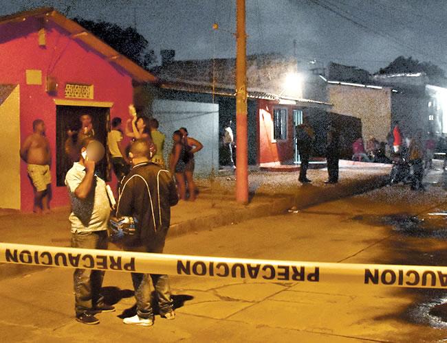 En este sector del barrio Rebolo ocurrió el atentado en el que fueron asesinadas dos mujeres y cuatro quedaron heridas. Agentes de la Sijín inspeccionaron el lugar de los hechos | Fotos: Al Día