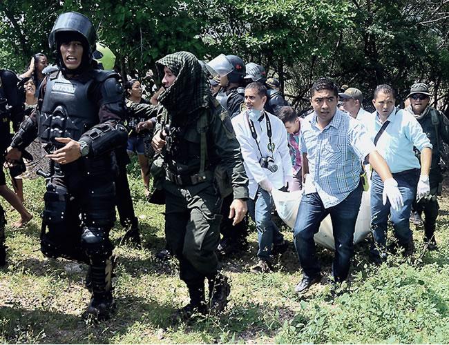 En el kilómetro tres, en la salida de Riohacha vía Maicao, encontraron el cadáver de Eduardo Van-Grieken Bouriyú, de 25 años, quien estaría involucrado en los hechos en los hechos en los que murió un policía | Foto: Héctor Palacio