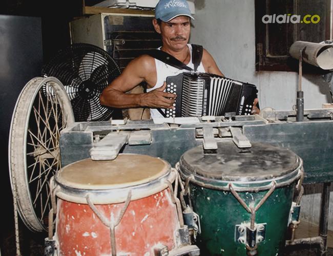 Aníbal Izquierdo Causil construyó su mecanismo para parrandear solo, sin más músicos, hace más de 30 años, una vez que los compañeros de conjunto lo dejaron solo   Foto: Eduardo García