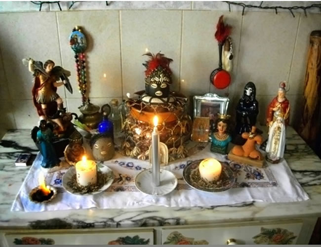 Un altar similar a este fue el que encontraron las autoridades en el cuarto oculto de alias 'Enlace' | Foto: Al Día