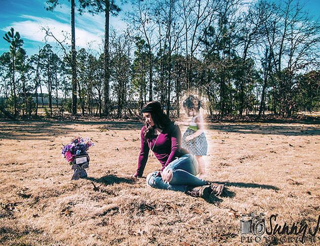 Jeanie Ditty se hizo un foto estudio al lado de la tumba de su hija.   Foto: Buzzfeed