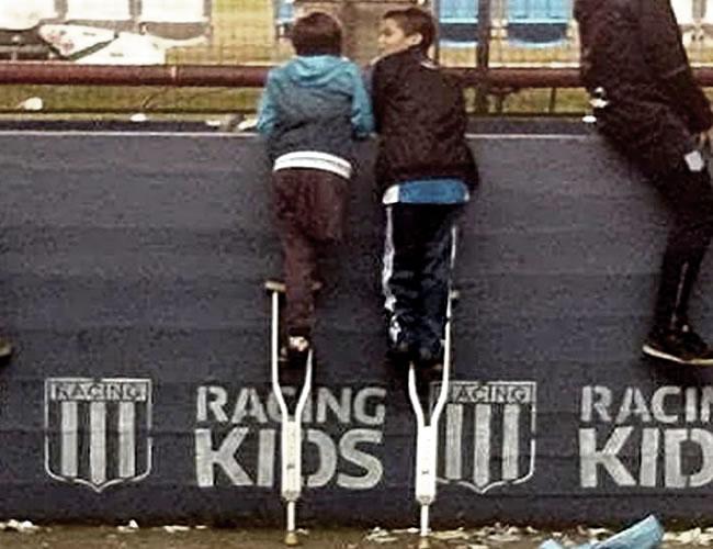 Santiago y su amigo anónimo ven a Milito despedirse de Racing | Foto: Infobae